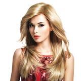 Mooie blonde vrouw met lang kapsel stock afbeelding