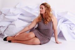 Mooie blonde vrouw met overmaats in een elegante kleding Royalty-vrije Stock Foto's