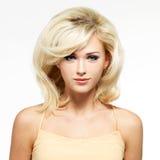 Mooie blonde vrouw met stijlkapsel stock afbeelding