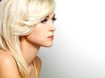 Mooie blonde vrouw met stijlkapsel Stock Foto