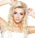 Mooie blonde vrouw met verzadigde make-up. Royalty-vrije Stock Foto