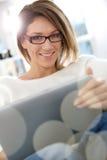 Mooie blonde vrouw op tablet royalty-vrije stock afbeelding