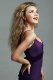 Mooie blonde vrouw in purpere kleding. royalty-vrije stock afbeelding