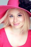 Mooie blonde vrouw in roze hoed met make-up, het glimlachen meisjesposi Stock Fotografie