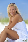 Mooie Blonde Vrouw in Witte Kleding bij Strand Royalty-vrije Stock Foto