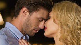 Mooie blonde vrouwen verleidende rijke man, betoverende verleiding, femme fataal stock footage