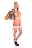 Mooie blonde vrouwenholding het winkelen zakken Stock Fotografie