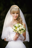 Mooie blondebruid met huwelijk bouqet in de handen Stock Afbeeldingen