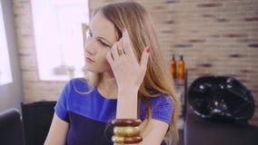 Mooie blondedame bij schoonheidssalon stock videobeelden