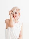 Mooie blondeglimlachen, flirts, die rond voor de gek houden stock foto's