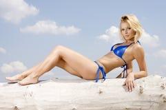 Mooie blondevrouw in blauwe bikini stock afbeeldingen
