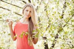 Mooie blondevrouw in de lente Stock Foto