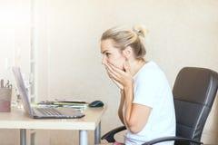 Mooie blondevrouw die aan laptop werken thuis is zij het verwarde bekijken het scherm Het Exemplaarkuuroord van het freelance, he stock fotografie