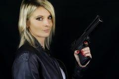 Mooie blondevrouw die een kanon richten Stock Foto's