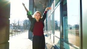 Mooie blondevrouw die eigentijdse dans in zonnig stedelijk milieu uitvoeren stock videobeelden