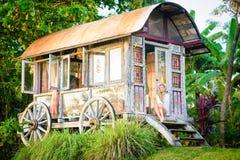 Mooie blondevrouw en antieke zigeunercaravan 8 Stock Fotografie