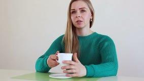 Mooie blondevrouw het drinken koffie en het spreken stock video