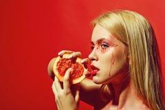 Mooie blondevrouw met de creatieve modieuze grapefruit van de make-upgreep, vitamine royalty-vrije stock afbeeldingen