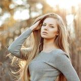 Mooie blondevrouw met lang elegant haar - openlucht royalty-vrije stock afbeelding
