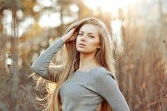 Mooie blondevrouw met perfect lang elegant haar royalty-vrije stock foto