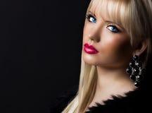 Portret van mooie blondevrouw met perfecte make-up stock foto's