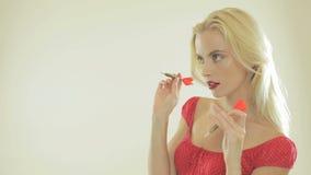 Mooie blondevrouw met pijltjes stock footage