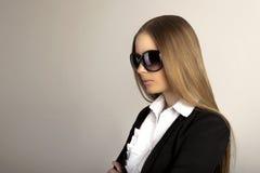 Mooie blondevrouw met zonnebril in studio Stock Foto