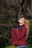 Mooie blondevrouw in tweedjasje en leerhandschoenen in aut Royalty-vrije Stock Foto's