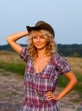 Mooie blondie in een een cowboyhoed en kleding Royalty-vrije Stock Foto's