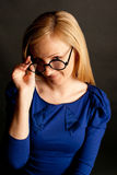 Mooie blondie in grappige glazen Stock Afbeelding