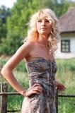 Mooie blondie in het dorp Royalty-vrije Stock Foto's