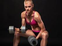 Mooie bodybuilding vrouw met spieren stock afbeelding