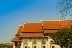 Mooie Boeddhistische kerk, ubosot heiligdomszaal met zijn expansief oranje tegelsdak onder blauwe hemel Oranje en rode daktegels  royalty-vrije stock foto