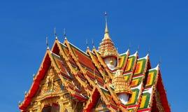 Mooie boeddhistische tempel die in blauwe hemel stijgen royalty-vrije stock fotografie