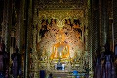 Mooie Boedha in Boeddhisme de verering van de Thaise mensen stock foto's