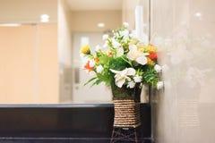 Mooie boeketbloemen binnen ruimtebinnenland De ruimte van het exemplaar Stock Foto