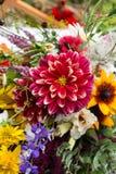 mooie boeketten van bloemen en kruiden Stock Afbeelding