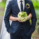Mooie boeketten van bloemen klaar voor de grote huwelijksceremonie Stock Foto's