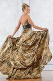 Mooie bondevrouw in luipaard gevormde lange kleding. stock foto