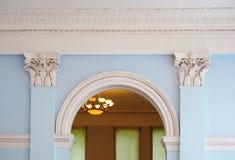 Mooie boog met kolommen in een oude de bouwarchitectuur royalty-vrije stock foto