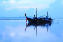 Mooie boot op het meer stock afbeelding