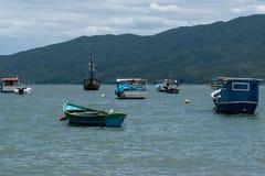 Mooie boten in kalme wateren stock afbeelding