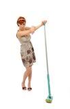 Mooie boze huisvrouw die de vloer schoonmaakt Royalty-vrije Stock Afbeelding