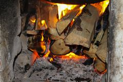 Mooie brandachtergrond in de open haard Het houten branden in de open haard royalty-vrije stock foto