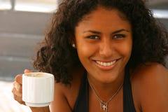 Mooie Braziliaanse vrouw die een koffie heeft stock afbeelding