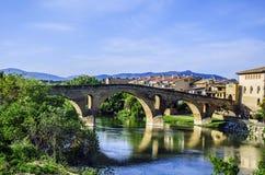 Mooie brug in het dorp Stock Foto's