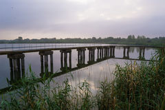 Mooie brug op de rivier bij mistige ochtend Royalty-vrije Stock Afbeeldingen
