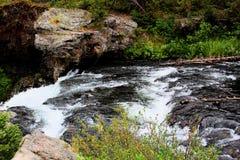 Mooie brug van het Yellowstone de Nationale Park met rotsen en mos en bossen schitterende kleuren stock afbeeldingen