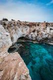 Mooie brug van minnaars op de achtergrond van het overzees in Cyprus stock afbeelding
