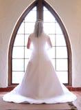 Mooie bruid bij venster Stock Afbeeldingen
